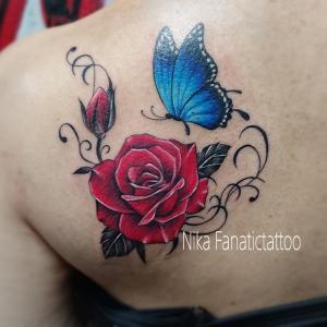 ☆肩甲骨に薔薇と蝶々のTATTOO☆