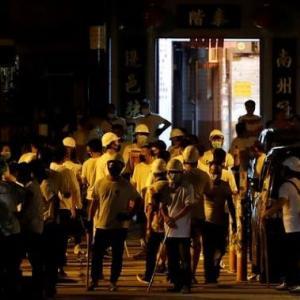 香港デモ潰し工作 デモ隊を襲撃した白シャツの男たち、その正体とは