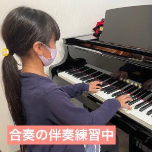 合奏の伴奏の練習中