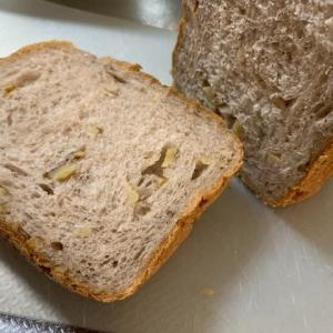 新しいホームベーカリーでくるみ食パンを焼きました。