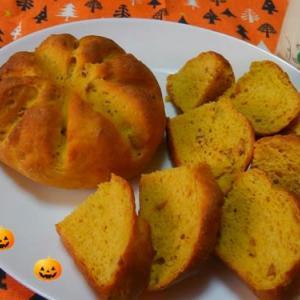 ハロウィンなのでかぼちゃとアーモンドのパンです。