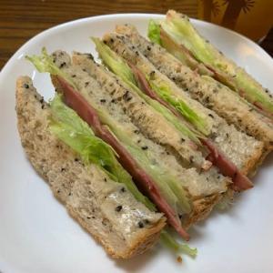 黒ごま食パンでヘルシーサンドイッチ作りました。