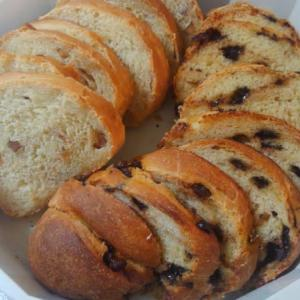 久々に手ごねしました、アーモンド&チョコのパン