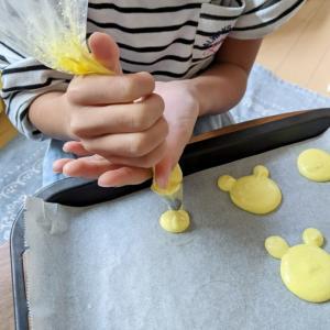 寒い日は親子でお菓子作り。マカロンを作りました*°