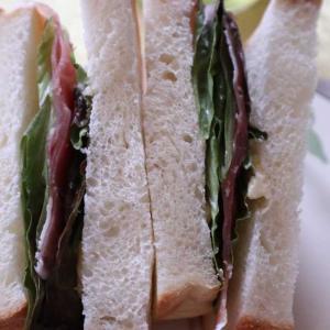 たまには生ハムを挟んだサンドイッチで朝食!