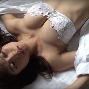 (ヤンマガ公式)白衣の天使・桃月なしこ、初めての沖縄ビキニ(無料YouTube動画)