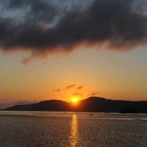 落日と彩雲と、そして、三日月。