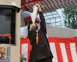 毎年欠かさずみてる!!…それは楽しい山本光洋さんのパントマイム…2019大須大道町人祭初日…まねき猫のある大須ふれあい広場にて…