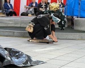 2109大須大道町人祭…MR.BUNBUNさんの「インポッシブル書道・座・フトシ」!!まねき猫のある大須ふれあい広場にて…