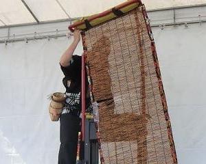 「あいち健康の森」で「日本大道芸フェスティバル」2日目…イベント広場で…MR.BUNBUNさんの「インポッシブル書道『座・フトシ』」