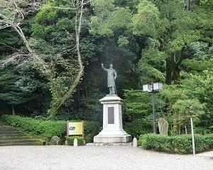 岐阜公園…板垣退助像と山内一豊と千代の婚礼の地の記念碑と…織田信長公居館跡と…