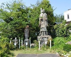 浅野祥雲さんの作品…蛯子山の立弘法さま…他とは違うモノトーンな巨大コンクリート像