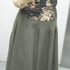 カーキ色の麻のスカート