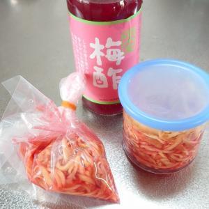 市販の赤梅酢を使って 紅生姜を漬けました。