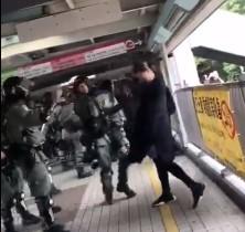 【動画】香港の妊婦さん、警官に囲まれてボコボコにされる