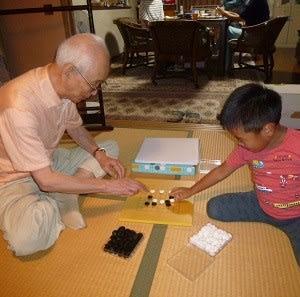 孫遥人に囲碁の手ほどきをする