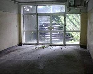 解体される学校が車窓から見えた