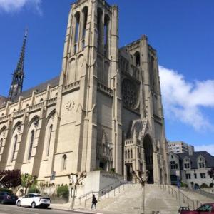 グレース大聖堂で犬の散歩