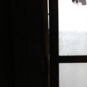 2階西側ガラス戸とカーテン【さよなら岡南興業ズームアップ019】。