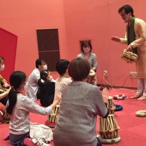 """インドの民族楽器""""タブラ""""の体験ワークショップ。"""