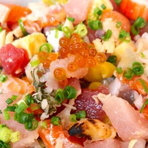 那覇「魚屋直営食堂 魚まる」で沖縄らしい海鮮丼とのセットメニューは…