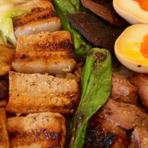 那覇のもつ焼き屋「アラコヤ」の炭焼豚重弁当で肉充ランチ