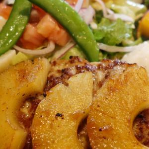 「びっくりドンキー」でカラフルな野菜が特徴的ないろどりセット+パイン