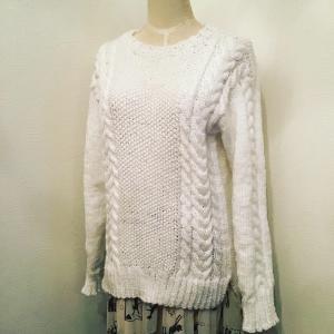ケーブル編みの真っ白ニット