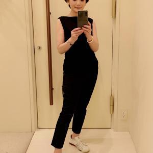 「白のスニーカーには黒い服がいい。」という答えが妥当かと思いました。