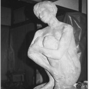 【彫刻家】大河原隆則「膝を抱えた女」
