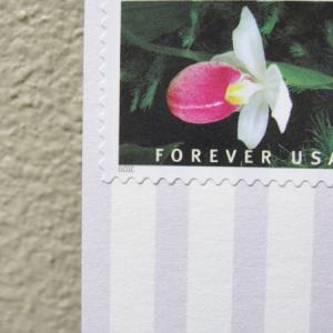 ポスクロデコ:切手をたくさん貼った封筒とポストカード3枚