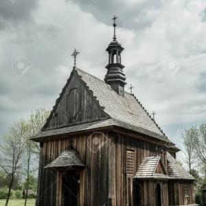 「 ポーランドの木造の古い歴史的な小さなカトリック教会の写真」