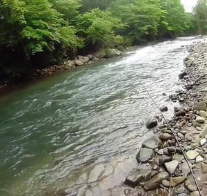 大雨後の二つの白老渓流を行く