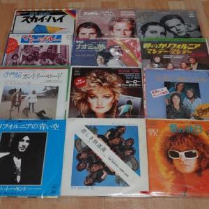 懐かしいヒット曲のシングル盤レコード。
