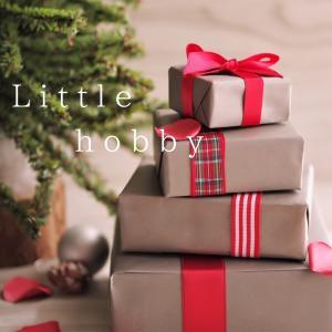 クリスマスのプレゼントボックス(ミニチュア)を積み上げて~ ストックフォト