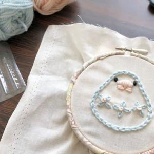 気軽に刺繍がしたい!毛糸を使って短時間で出来る刺しゅうをしてみました~白文鳥さん花柄を添えて~