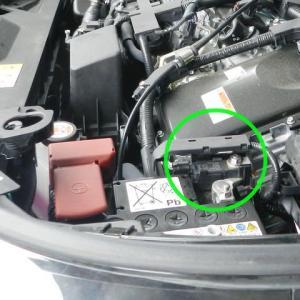 バッテリーマイナスターミナルに付く小さいユニットは何か?