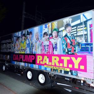 DA PUMPコンサートツアートラックを撮影する女性たち