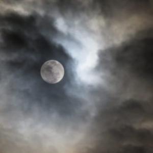 春の夜の満月と雲   〜by空倶楽部