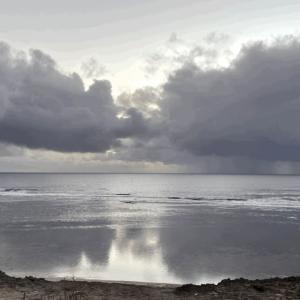 海の浅瀬に映る空:ヤリンガップの浜辺にて  〜by空倶楽部