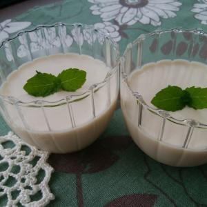 白いコーヒープリンとダイソーのコーヒーミル。