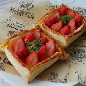 とちおとめの四角いパイとバナナのパイ。