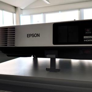 プロジェクタ EB-2155W レビュー|明るい会議室でのプレゼンにも最適!
