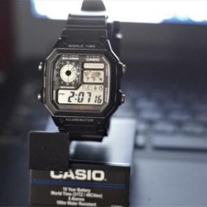 デジタルはカシオ。CASIO AE-1200WH-1A。