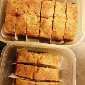 バナナケーキと手作りパン。