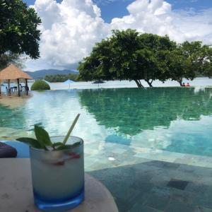 レモングラスとジンのカクテル&トムヤムピザのランチ@Naka Island Resort
