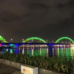 ドラゴン橋を見ながらルーフトップでクラフトビア&ピザinダナン