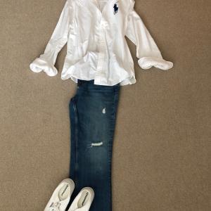 白シャツ+ジーンズでカジュアルにお家で共働き