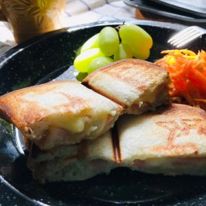 アウトドアレシピ クロックムッシュ ハムとチーズとホワイトソースのホットサンド