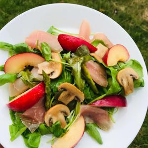 アウトドアレシピ  季節のフルーツを楽しむ生ハムとベビーリーフのサラダ